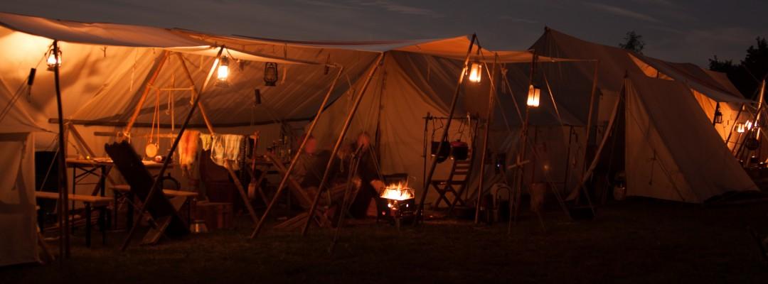 Lager bei Nacht